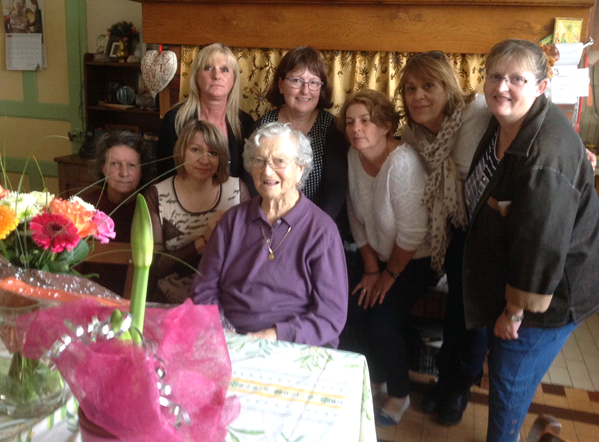 Les 95 ans de Mme SELLE entourée de l'équipe du S.M.A.D. 82